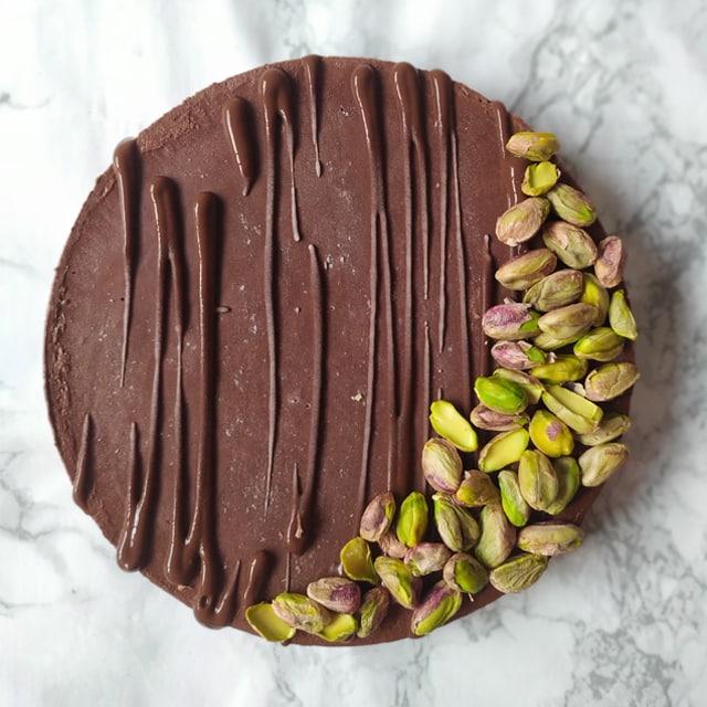 Pastel crudivegano de pistachos y chocolate