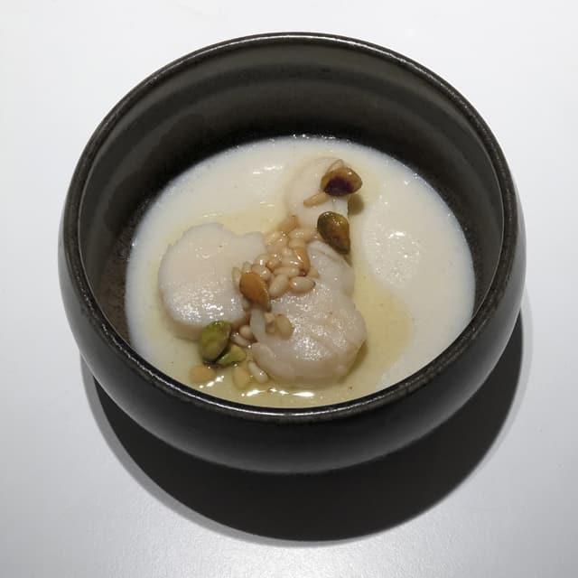panacotta de coco y jengibre con vieiras y pistachos
