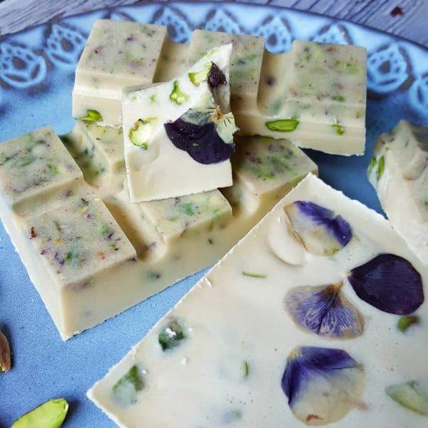 Chocolate blanco pistachos y flores vegano