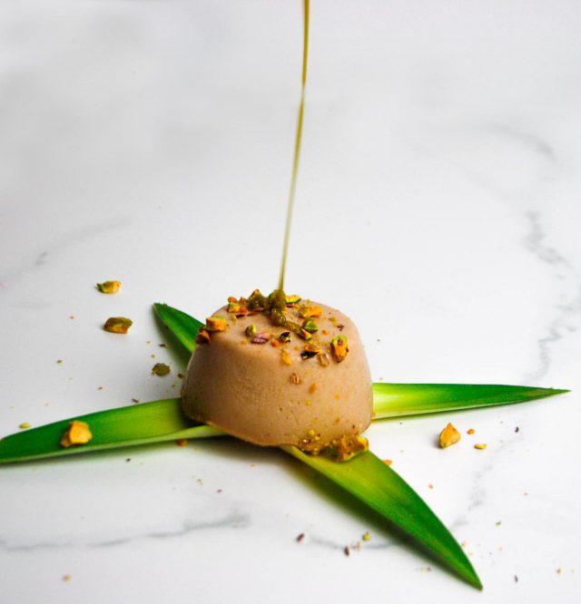 flan de queso con pistachos
